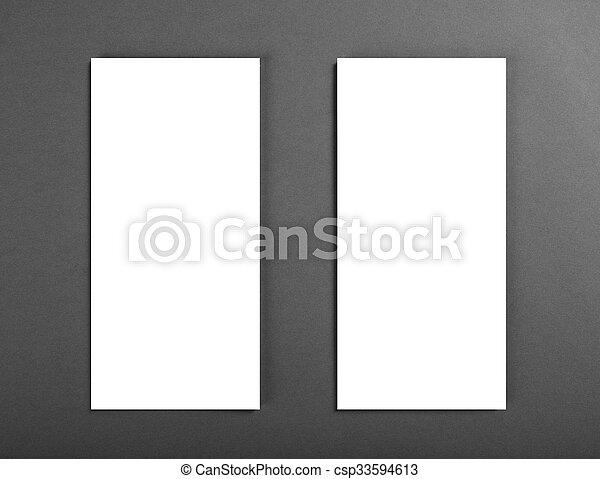 Un póster en blanco sobre un fondo gris para reemplazar tu diseño. - csp33594613