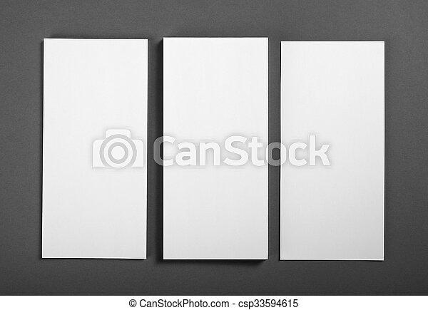 Un póster en blanco sobre un fondo gris para reemplazar tu diseño. - csp33594615