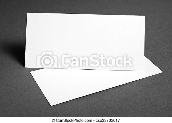 Un póster en blanco sobre un fondo gris para reemplazar tu diseño. - csp33702617