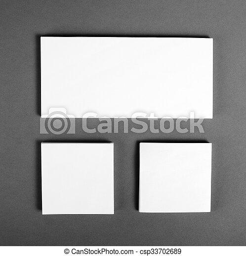 Un póster en blanco sobre un fondo gris para reemplazar tu diseño. - csp33702689