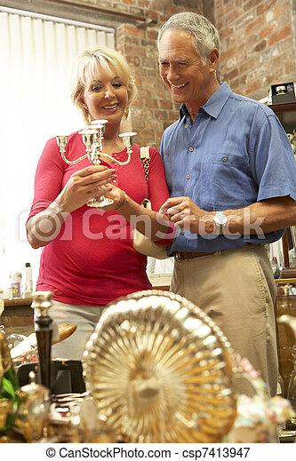 Un par de ancianos comprando antigüedades - csp7413947
