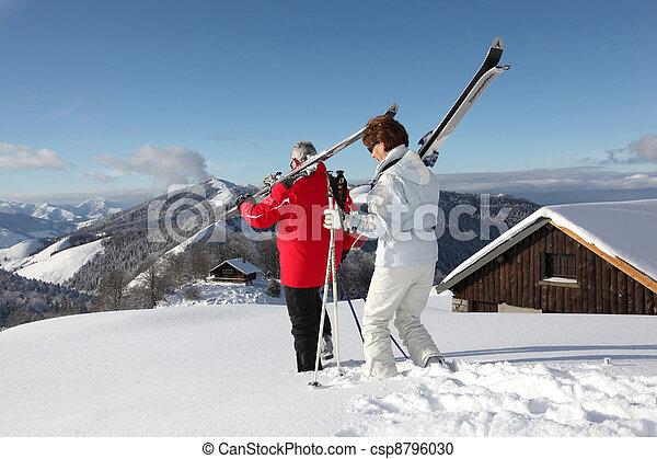 Un par va a esquiar - csp8796030