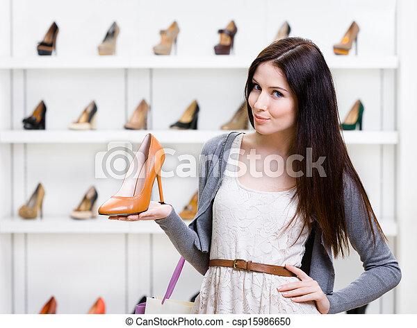 Un retrato de mujer que lleva zapatos - csp15986650