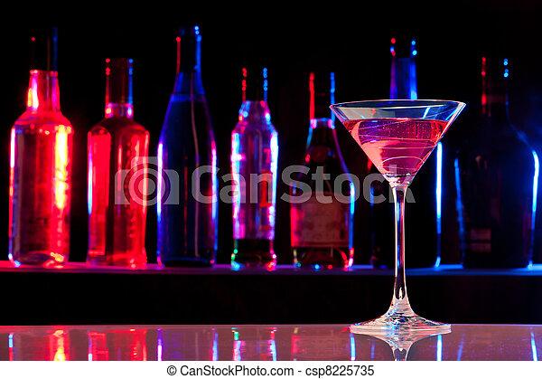 Un vaso de cóctel con bebida en el bar - csp8225735