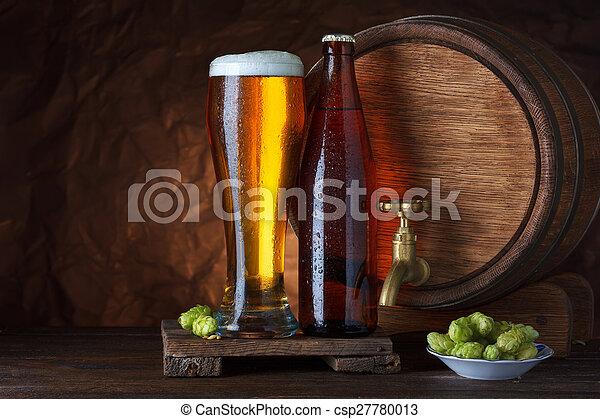 Un vaso de cerveza embotellado - csp27780013