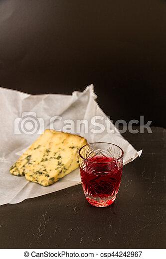 Un vaso de ginebra con queso stilton - csp44242967