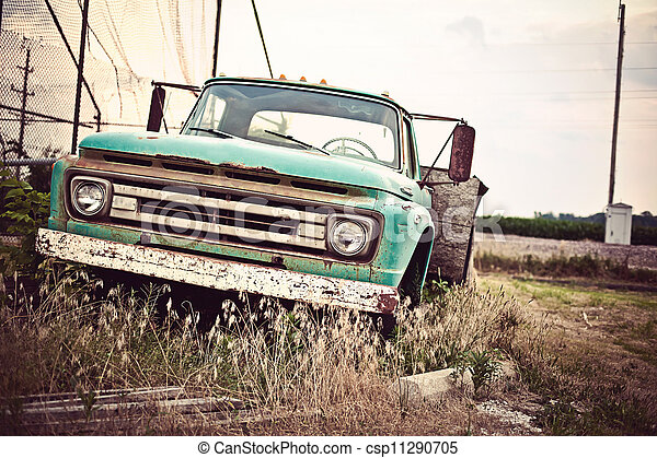 Un viejo coche oxidado a lo largo de la histórica ruta 66 de EE.UU - csp11290705