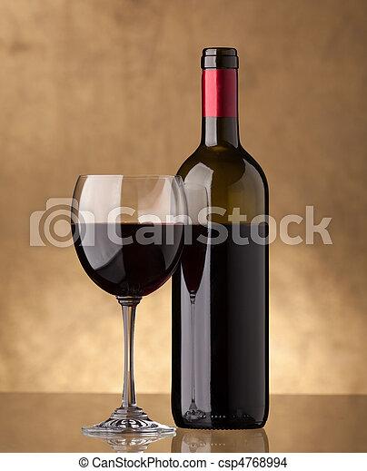 Una botella de vino tinto y llenó una copa de vino - csp4768994