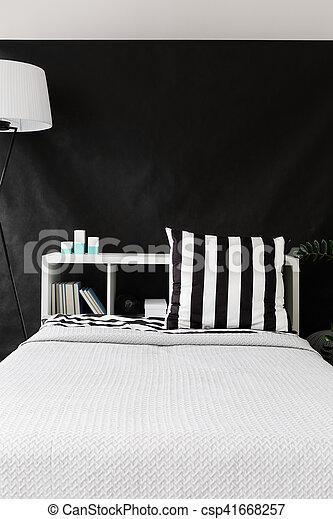 Una cómoda cama blanca - csp41668257