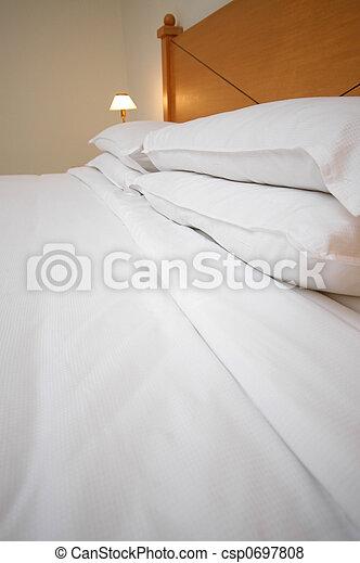 Una cama cómoda - csp0697808