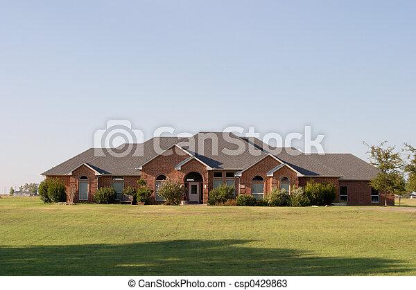 Una casa de ladrillos estilo ranchero moderno - csp0429863