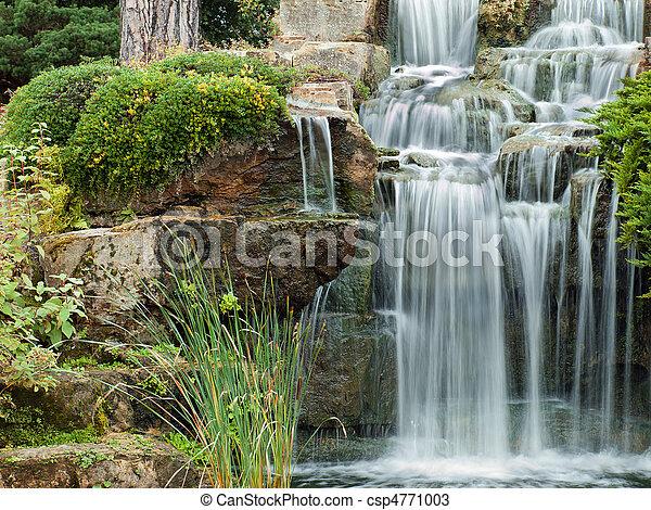 Una cascada pacífica - csp4771003