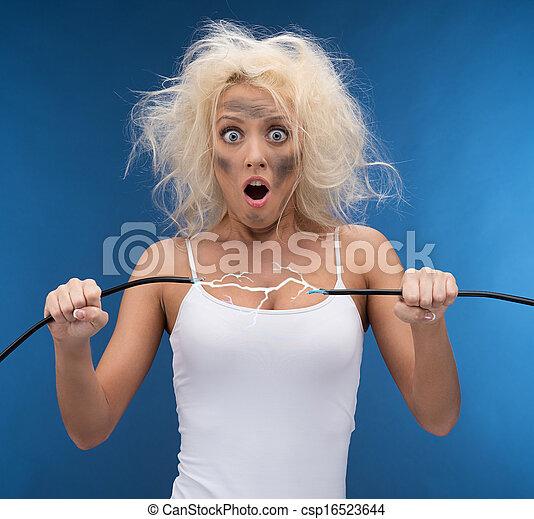 Una chica graciosa con problemas de electricidad. Impacto eléctrico - csp16523644