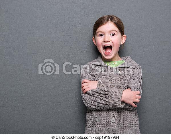 Una chica riendo con una expresión alegre - csp19197964