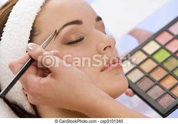 Una hermosa mujer habiendo hecho las paces aplicada por esteticista en el spa - csp3101340
