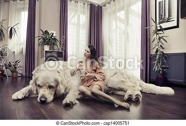 Una joven abrazando a un perro grande - csp14005751