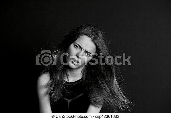 Una joven con el pelo largo. Atrevido mirar. BW - csp42361882