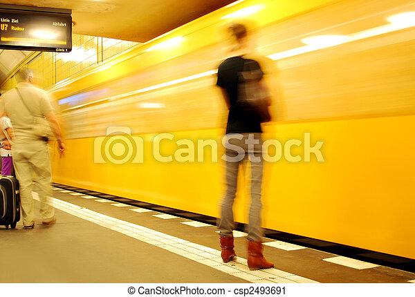 Una joven esperando el tren del metro de Berlin naranja - csp2493691