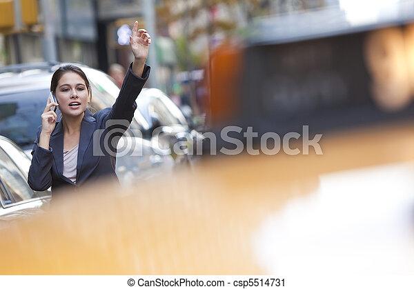Una joven llamada a un taxi amarillo - csp5514731