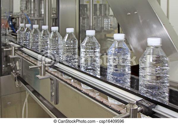 Una línea de producción de agua mineral - csp16409596