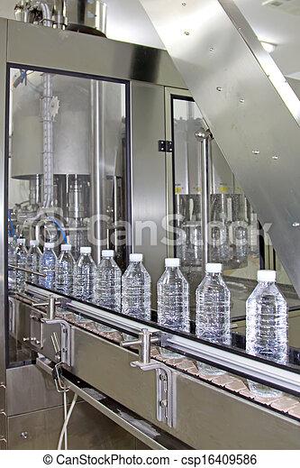 Una línea de producción de agua mineral - csp16409586