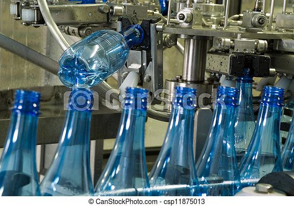 Una máquina de producción de botellas de agua - csp11875013