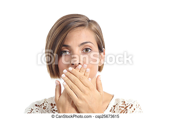 Una mujer cubriendo su boca porque tiene mal aliento - csp25673615