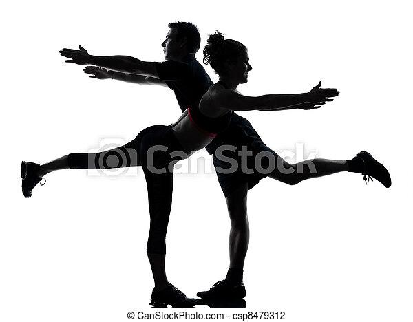 Una mujer de un par de hombres haciendo ejercicio - csp8479312