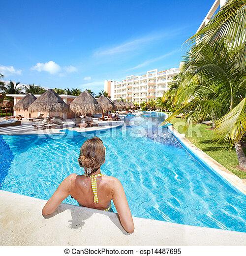 Una mujer en la piscina de Caribbean. - csp14487695