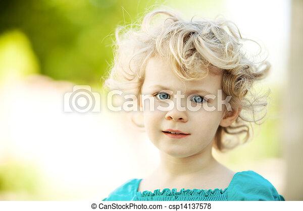 Una niña adorable al aire libre en verano - csp14137578