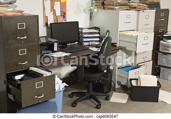 Una oficina muy desordenada - csp6063547