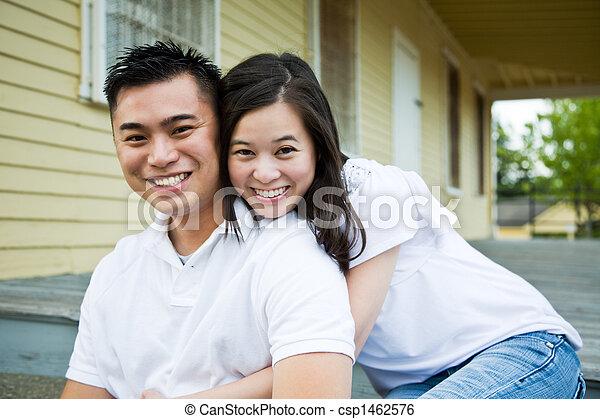 Una pareja asiática frente a su casa - csp1462576