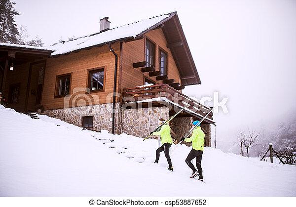 Una pareja de ancianos esquiando por todo el país. - csp53887652
