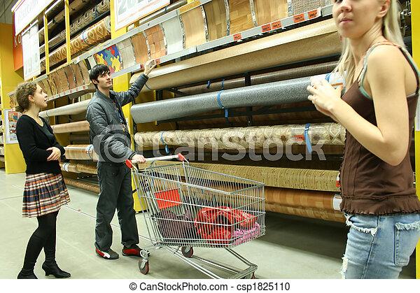 Una pareja en la tienda de materiales - csp1825110