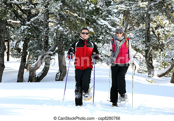 Una pareja esquiando juntos - csp8280766