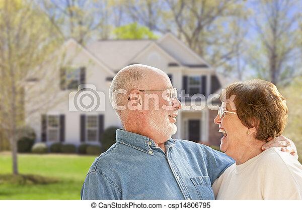 Una pareja feliz en el patio de la casa - csp14806795