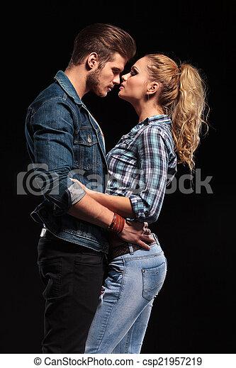Una pareja joven atractiva sosteniéndose - csp21957219
