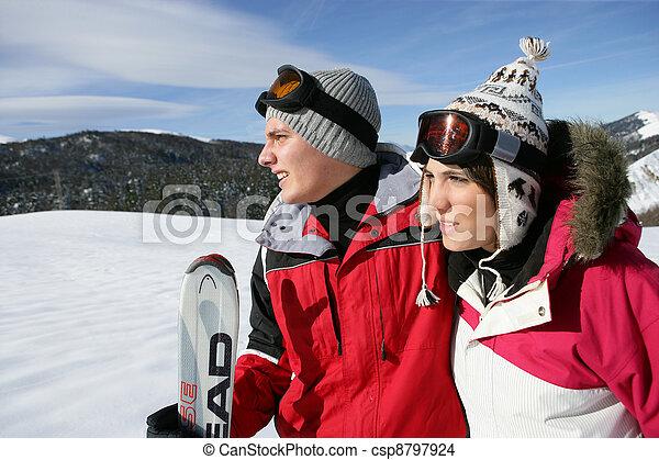 Una pareja joven esquiando - csp8797924