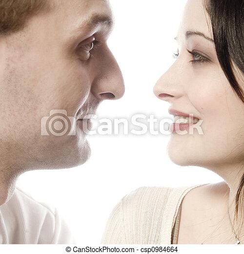 Una pareja joven haciendo contacto visual - csp0984664