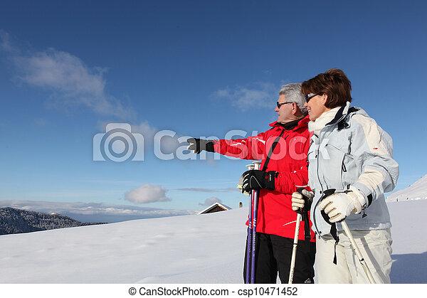 Una pareja mayor esquiando - csp10471452