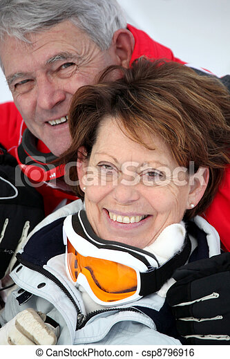 Una pareja mayor esquiando - csp8796916