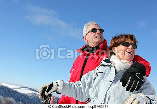 Una pareja mayor esquiando - csp8769847