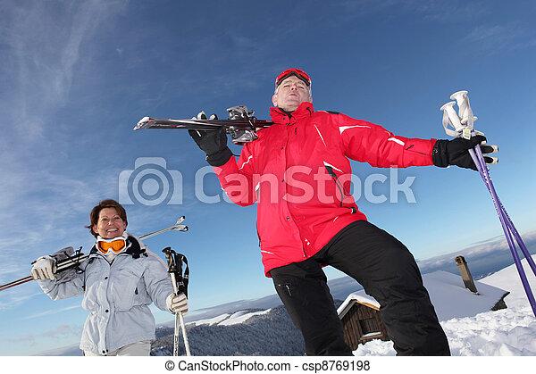 Una pareja mayor esquiando - csp8769198