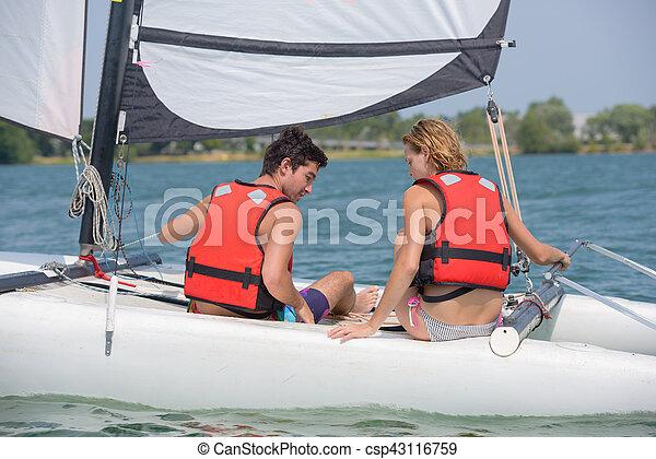 Una pareja navegando - csp43116759