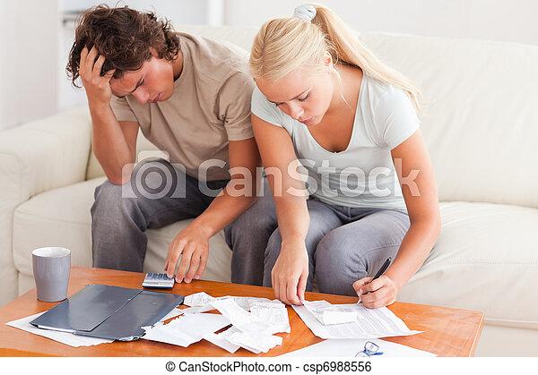 Una pareja trabajando juntos - csp6988556