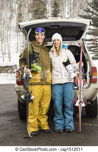 Una pareja va a esquiar. - csp1512011