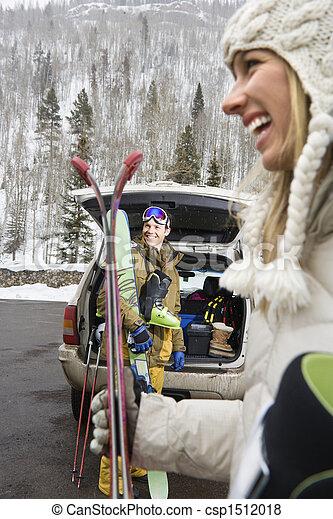 Una pareja va a esquiar. - csp1512018