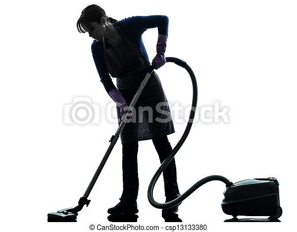 Una sirvienta vacuum limpiador de ropa - csp13133380