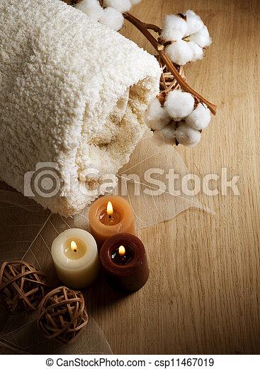 Una toalla de algodón y velas - csp11467019