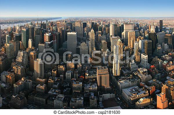 Una vista panorámica aérea sobre Manhattan, Nueva York - csp2181630